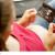 schwangere frau betrachtet ultraschallbild